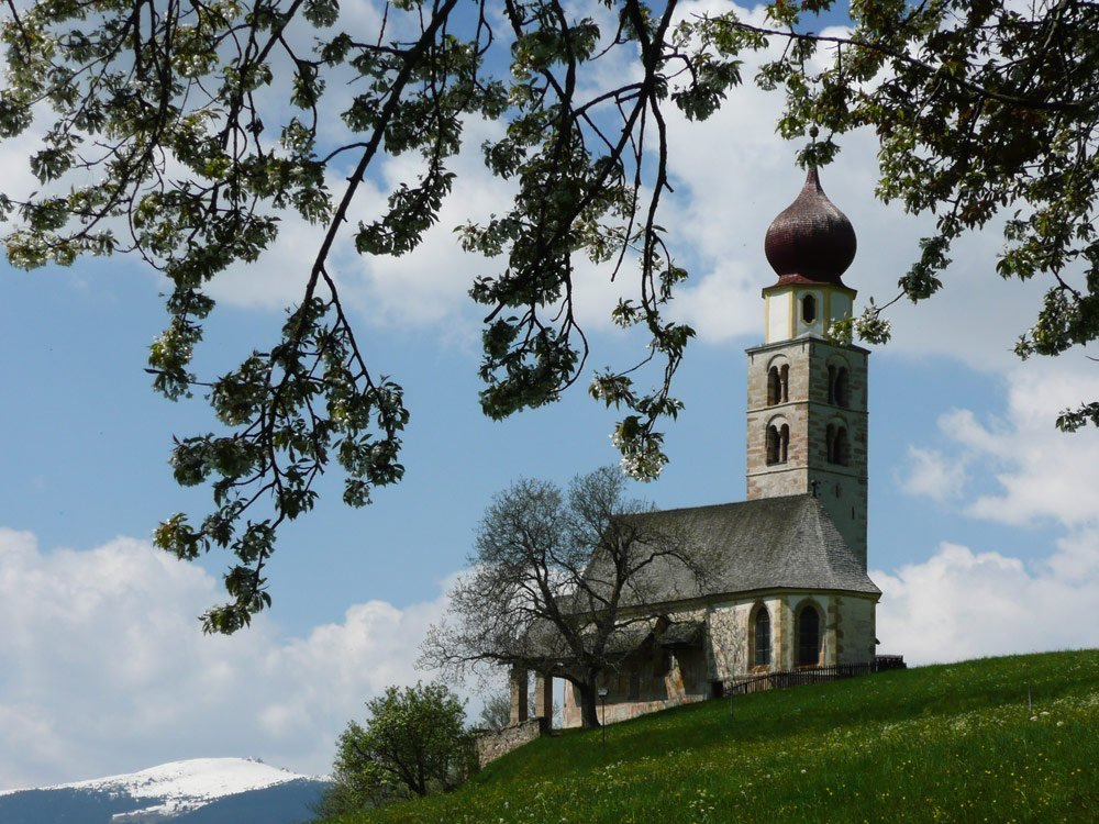 Spring in the mountains: holiday at the edge of Siusi Alp