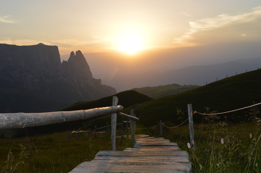 Nature pleasure in spring: hiking in the Siusi Alp
